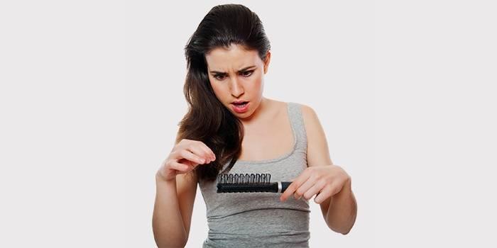 Девушка обеспокоена выпадением волос