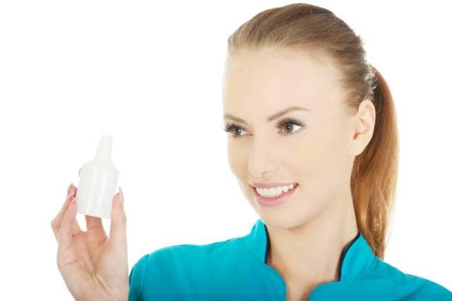 Распыляйте перекись на всю прядь целиком и несколько раз прочешите волосы