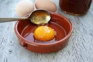 Мед с яйцом для маски