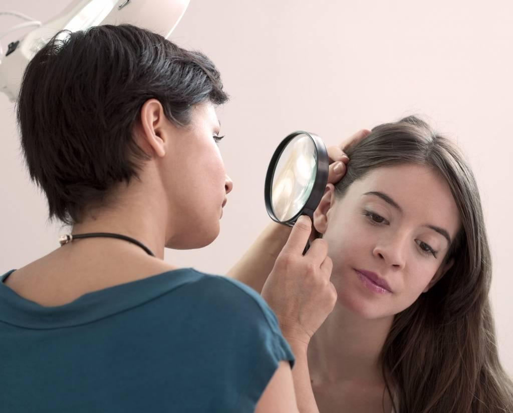 Какой врач поможет при выпадении волос?