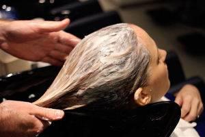 Нанесение масок на волосы